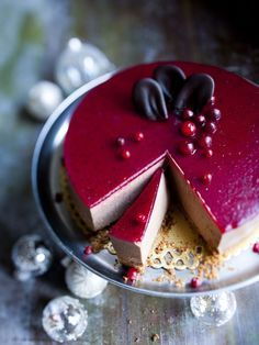 Maitosuklaa-karpalokakku, Chocolate Cheesecake with Cranberry Glaze – Ruoka.fi