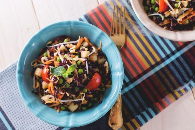 L'insalata di riso venere è una variante della classica insalata di riso. Un piatto unico estivo qui proposto con riso venere, mela, germogli di soia!