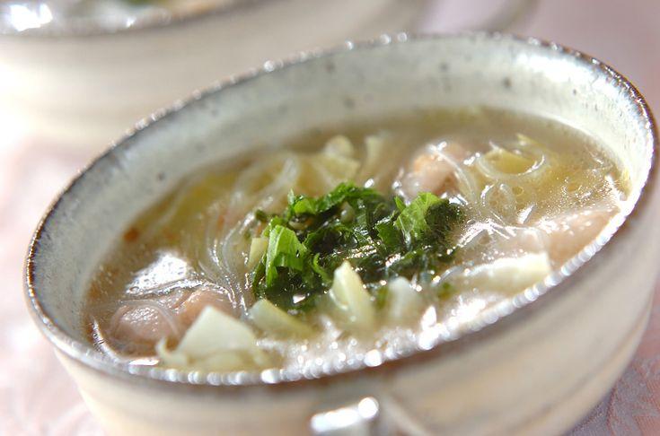 梅干しの酸味と鶏もも肉の旨味が溶け出したスープは、何とも深い味わい。梅干しの塩加減に合わせて塩の量は調節して下さいね。鶏と梅の春雨スープ/保田 美幸のレシピ。[中華/スープ]2012.06.11公開のレシピです。