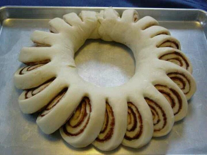 cinnamon roll wreath! Christmas morning treat :)