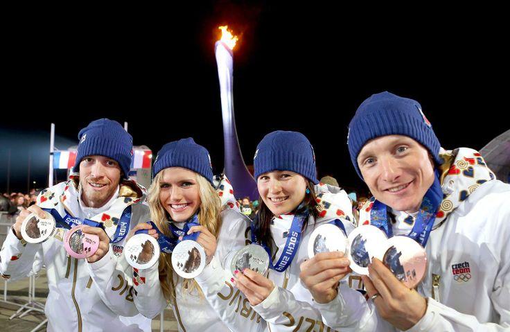 BIATLONOVÍ MEDAILISTÉ. Čeští biatlonisté Jaroslav Soukup (zleva), Gabriela Soukalová, Veronika Vítková a Ondřej Moravec s medailemi, které v...