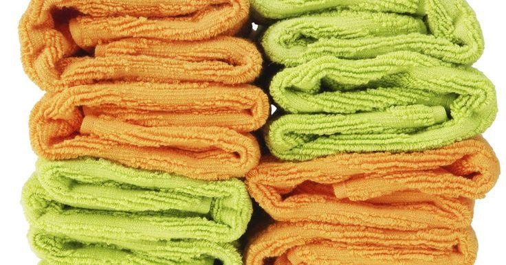 Consejos para lavar toallas mal olientes. Las toallas desarrollan un olor rancio o agrio por una variedad de causas. Los olores de sudor y el cuerpo pueden contribuir al olor fétido, especialmente si las toallas no son lavadas rápidamente. El moho que crece en superficies húmedas, también puede darle a tus toallas un olor feo. Lavar y almacenar correctamente tus toallas previene la ...