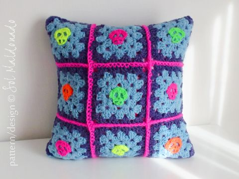 FREE granny square decorative pillow how to join squares and skull applique crochet pattern