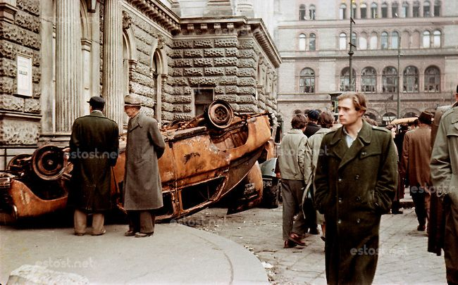 UNGARN, 11.1956.Budapest, VIII. Bezirk.Ungarn-Aufstand / Hungarian uprising 23.10.-04.11.1956:.Fussgaenger am Nationaltheater auf dem Blaha-...