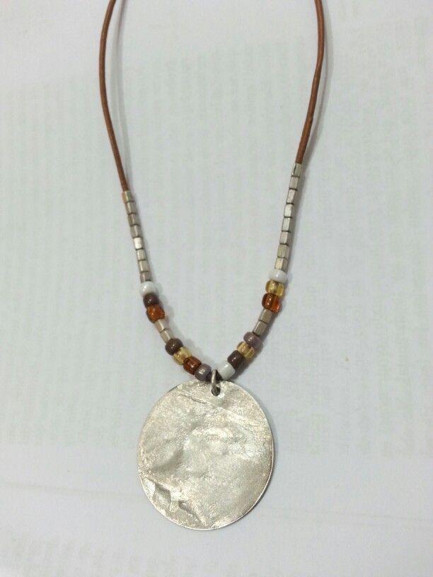 Collar de cuero, mostacillas de plata y  acrílici y medallón de plata.