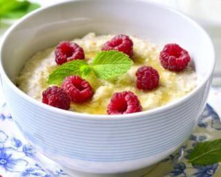 Porridge aux flocons d'avoine, miel et framboises fraîches : http://www.fourchette-et-bikini.fr/recettes/recettes-minceur/porridge-aux-flocons-davoine-miel-et-framboises-fraiches.html