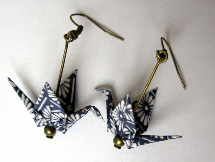 Boucles d'oreille origami - grue bleu foncé au dessin blanc : Boucles d'oreille par kirikat                                                                                                                                                                                 Plus
