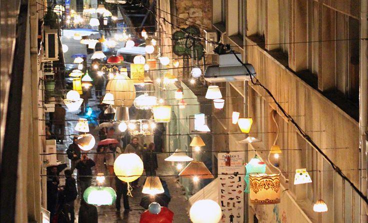 Deze herfst/winter wordt de mooie Sassenstraat verlicht met honderden lampenkappen. Bijna een halve kilometer lichtspektakel! We doen het licht aan op vrijdag 1 November.