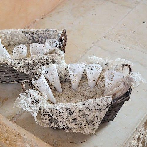 """Ένα όμορφο πανέρι στολισμένο με δαντέλα και χωνάκια με ρύζι, για να """"ριζώσει"""" ο γάμος σύμφωνα με το έθιμο. Το κάθε πανέρι αποτελείται από 15 χωνάκια."""