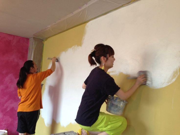 2人でやれば10平米ほどの壁なら20分くらいで塗り終えます。下地剤のシーラーを塗り、本塗りを二回塗り、完成です。