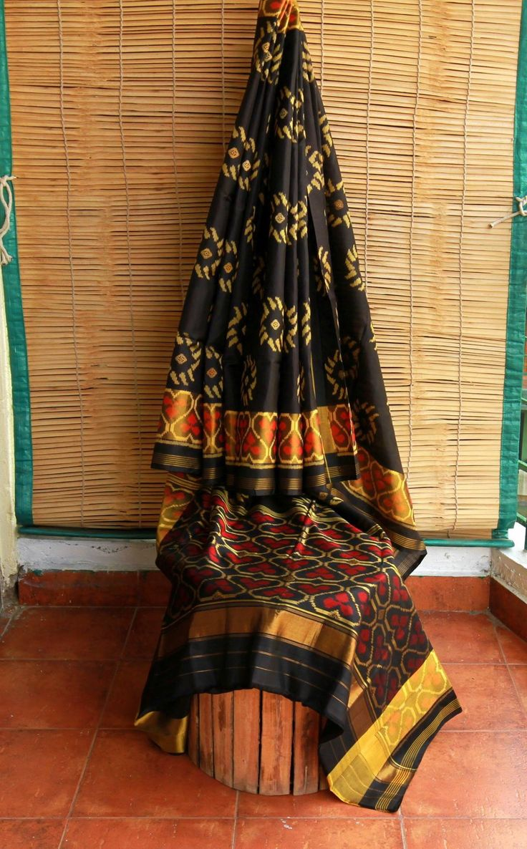 The supple charm of Patan Patola saree!!! #patanpatola #patola #handwoven #saree #singleikat #weaves #handwovens #sari #meiraas #silk #silksaree