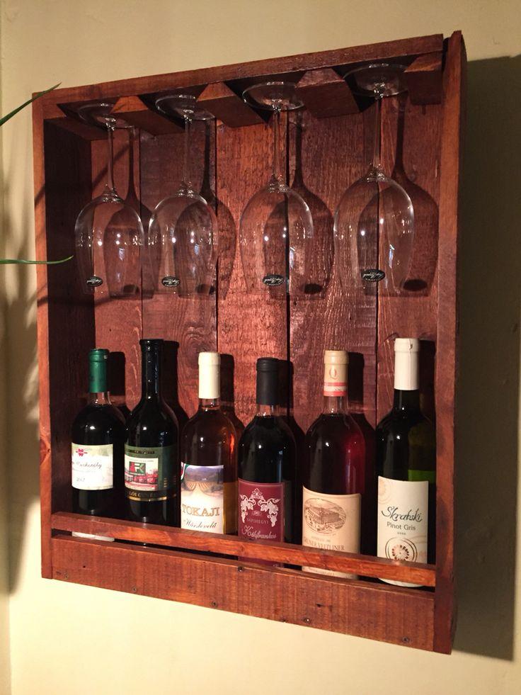 Újrahasznosított fából készített fali bortartó