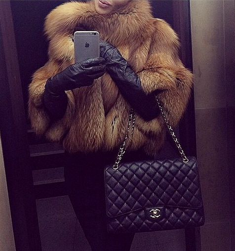 She look like a bear wit a iPhone AMD a Chanel bag lmfaooo ~ Nisiah