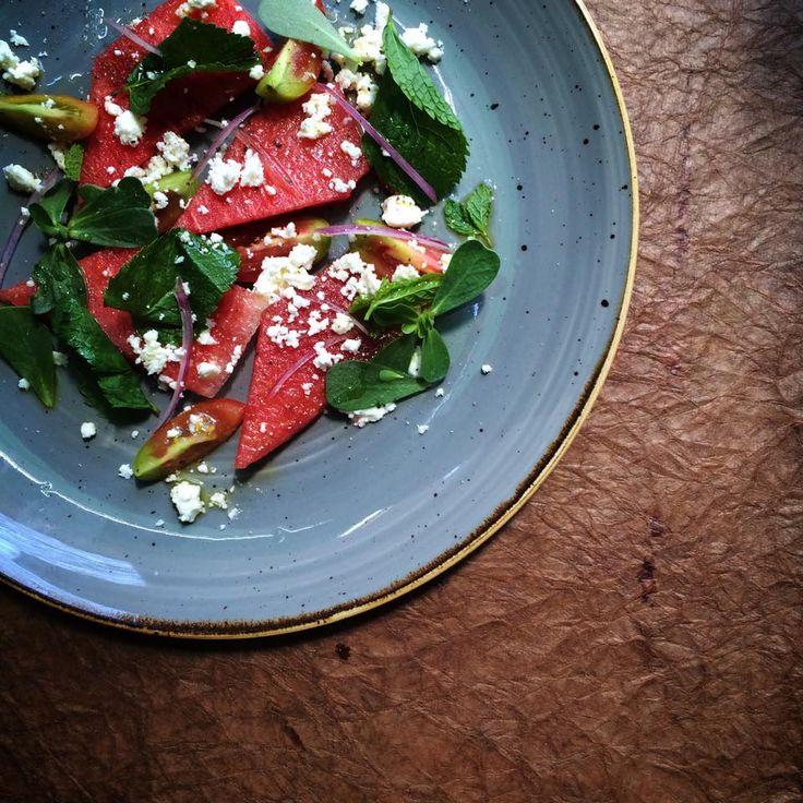 In degustazione questa settimana: insalata di anguria, datterini, feta sarda, menta, portulaca e cipollotti di Tropea.