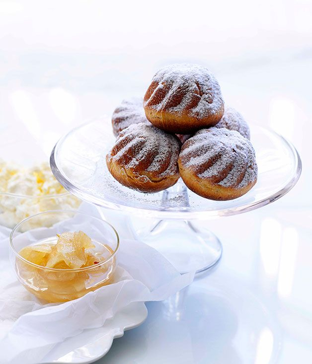 Yeast cakes with apple marmellata and ricotta