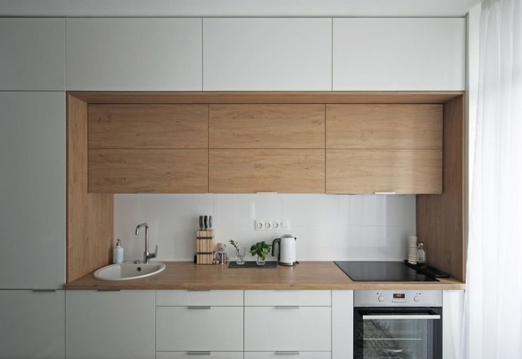 Cocina blanca con encimera e interior en madera