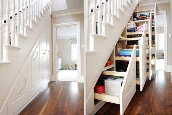 Debaixo da escada costuma ser um local inútil, então que tal fazer um armário como esse.