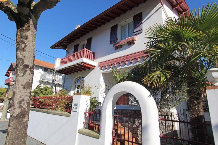 Biarritz, au calme, à vendre charmante maison d?environ 180 m². La maison a été entièrement rénovée de manière très contemporaine avec des matériaux de qualité. Buanderie, parking, cave à vins. Commerces à pied.