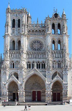 Plus grande cathédrale gothique de France, la cathédrale Notre Dame d'Amiens est souvent considérée comme l'un des chefs-d'oeuvre de l'architecture du moyen âge. Il s'agit de l'une des plus importantes églises gothiques du XIIIe siècle. La façade occidentale est divisée en plusieurs niveaux d'élévations. L'agencement de la nef centrale et des bas côtés se reflète dans les trois portails extérieurs.