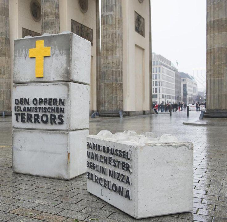 Identitäre Bewegung stellt Grabsteine vor Brandenburger Tor - WELT
