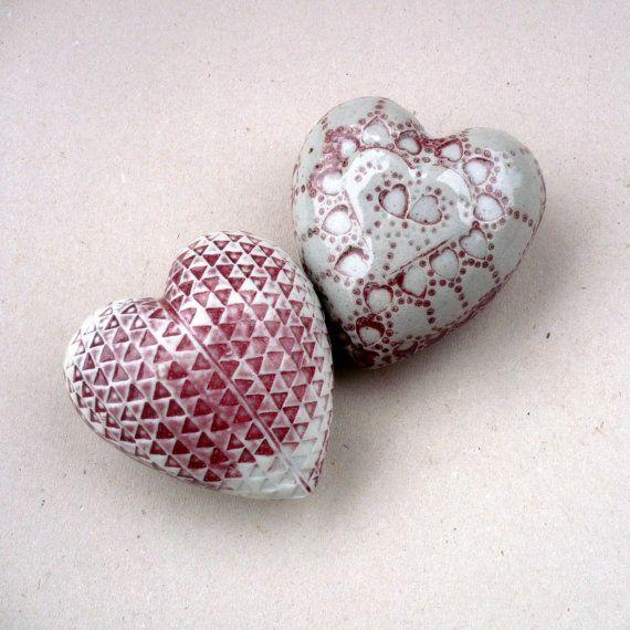 Een grote roze en witte porselein hart.  Een unieke romantische gift of leuk decoratief object voor uw huis.  Dit hart is groot en vet het maatregelen ongeveer 4 inches door 3.3/4 duim en ongeveer 2 duim hoge. (ongeveer: 10,2 cm 9,5 cm en 5 cm hoog)  De helft heeft een driehoeken decoratie, geglazuurde in roze en wit en de andere heeft een gespikkelde textuur.  Tactiele en verschillende een zeker praten punt op uw salontafel! Een cadeau voor je moeder, beste friens, vriendin of een paar…