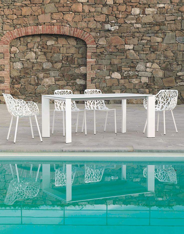 Disposant un beau volume, #GrandeArche de #FastSpa, est la table dédiée aux réceptions estivales. Installez-vous donc, confortablement sur les #chaises et #fauteuils #Forest et profitez de cet agréable moment.