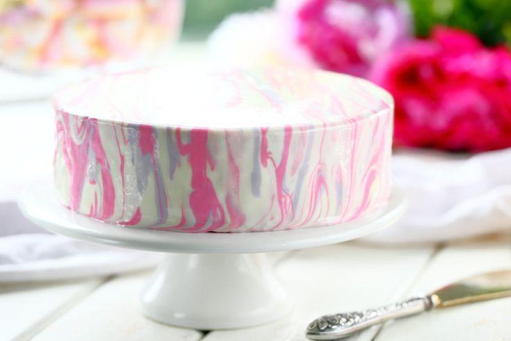 Yksi tytön synttäreiden kohokohdista oli ihana puolukka-mansikkamoussetäytteinen kakku mehevällä suklaakakkupohjalla. Päällä mirror glaze eli peilikuorrute.