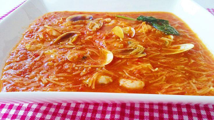 Sopa de tomate con coquinas y gambas