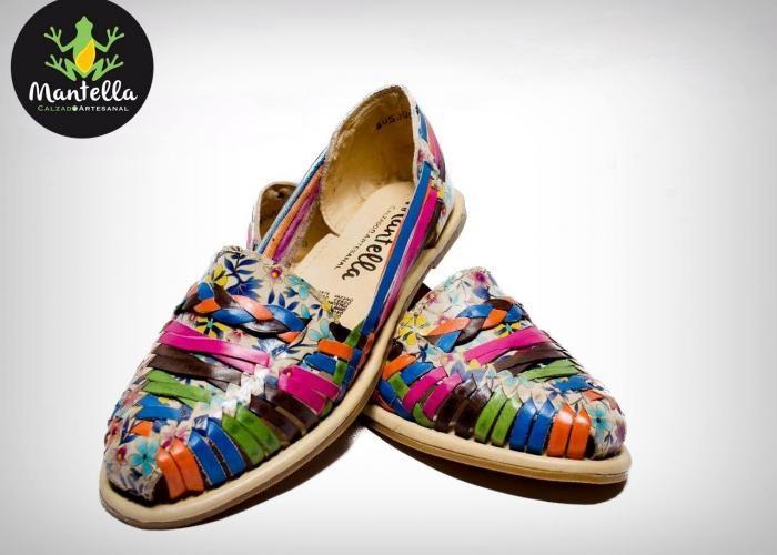 Un aspecto superior y una comodidad excepcional envuelta en un zapato artesanal. Zinnia by Mantella zapatos artesanales presentan un tacón de 3/4 de pulgada, parte superior de cuero tejido, correas de cuero tejidas cortadas a lo largo del interior y el exterior del pie. La suela es suave y comoda, una pieza de calidad hecha a mano orgullosamente en México