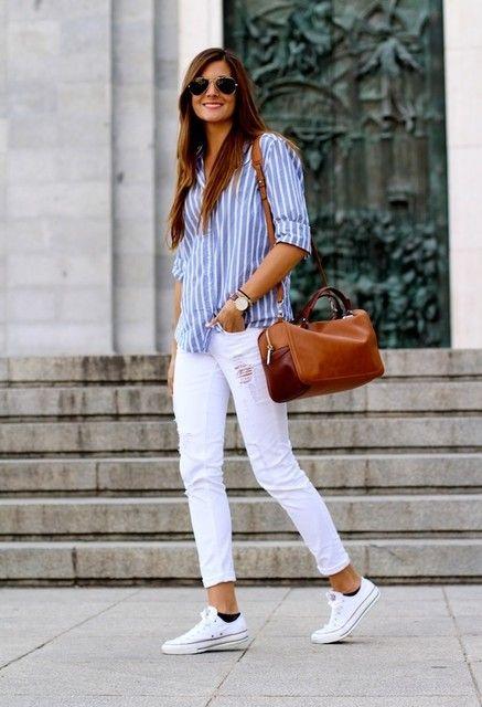 Dobladillos arriba. Zapatillas blancas. Bolsos grandes.