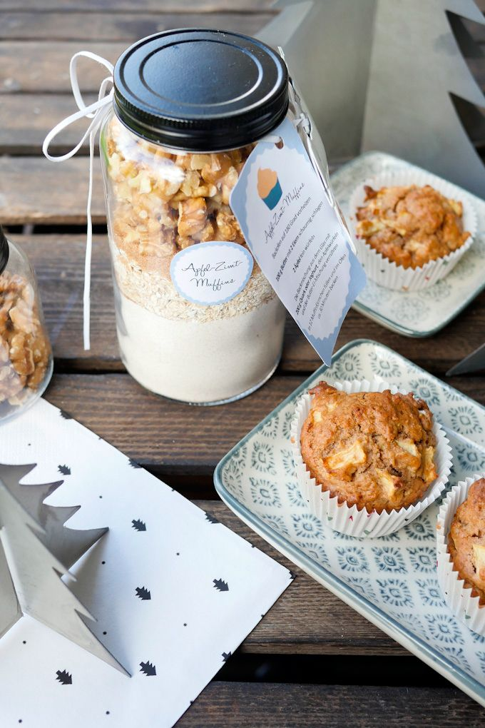 Wollt ihr zu Weihnachten eine Backmischung im Glas verschenken? Dann ab ich hier eine Backmischung für Apfel-Zimt-Muffins inkl. Etiketten für euch