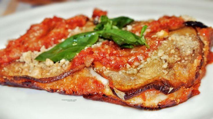 Versione squisita della parmigiana con melanzane, prosciutto cotto, mozzarella di bufala, capperi e pangrattato, salsa di pomodoro e basilico.