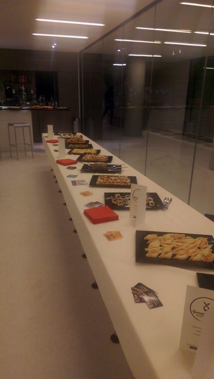 Une jolie table dressée avec de délicieuses bouchées