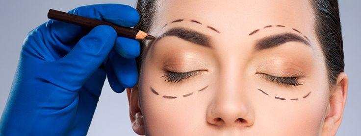 Unos párpados lisos y sin arrugas nos pueden quitar bastantes años de encima. La cirugía de párpados es una de las intervenciones de rejuvenecimiento facial más realizadas, siendo la más demandada entre los hombres. Te hablamos de esta operación en nuestro blog