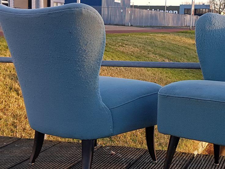 Stoere cocktail fauteuils van het merk Artifort. Het stof van beide stoelen is helaas zwaar vernield. Tijd voor een metamorfose. De Sfeerderij maakt er weer een schitterend plaatje van, geheel naar uw wens!!! Volop keuze in stof, leer en kunstleer... #cocktailchairs #artifort #refurbished #kunstleer #fauteuils #vintage #stoel #fifties