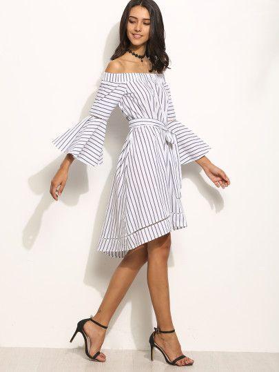Полосатое асимметричное платье с открытыми плечами с поясом. рукав клеш