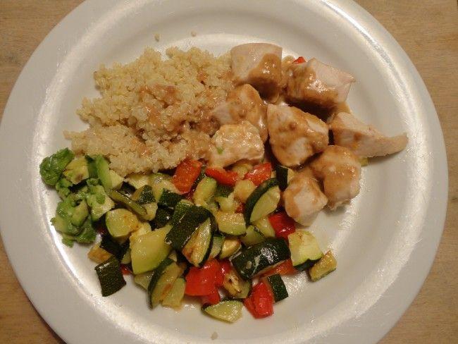 Recept: Kyckling med en underbar jordnötssås och rostade grönsaker