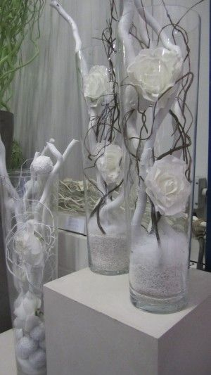 Decoratietakken met zijde witte rozen in een glazen vaas. Om zelf te maken. Verkrijgbaar op webshop Decoratietakken