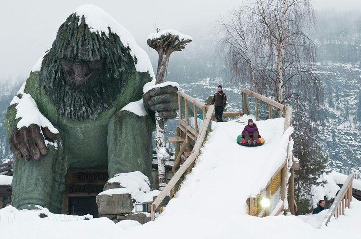 Aeeeeeeee! Temporada de tombos está aberta no Parque de Inverno Hunderfossen na #Noruega !  Lá você pode praticar vários esportes de inverno como esqui e snowboard. by visitenoruega
