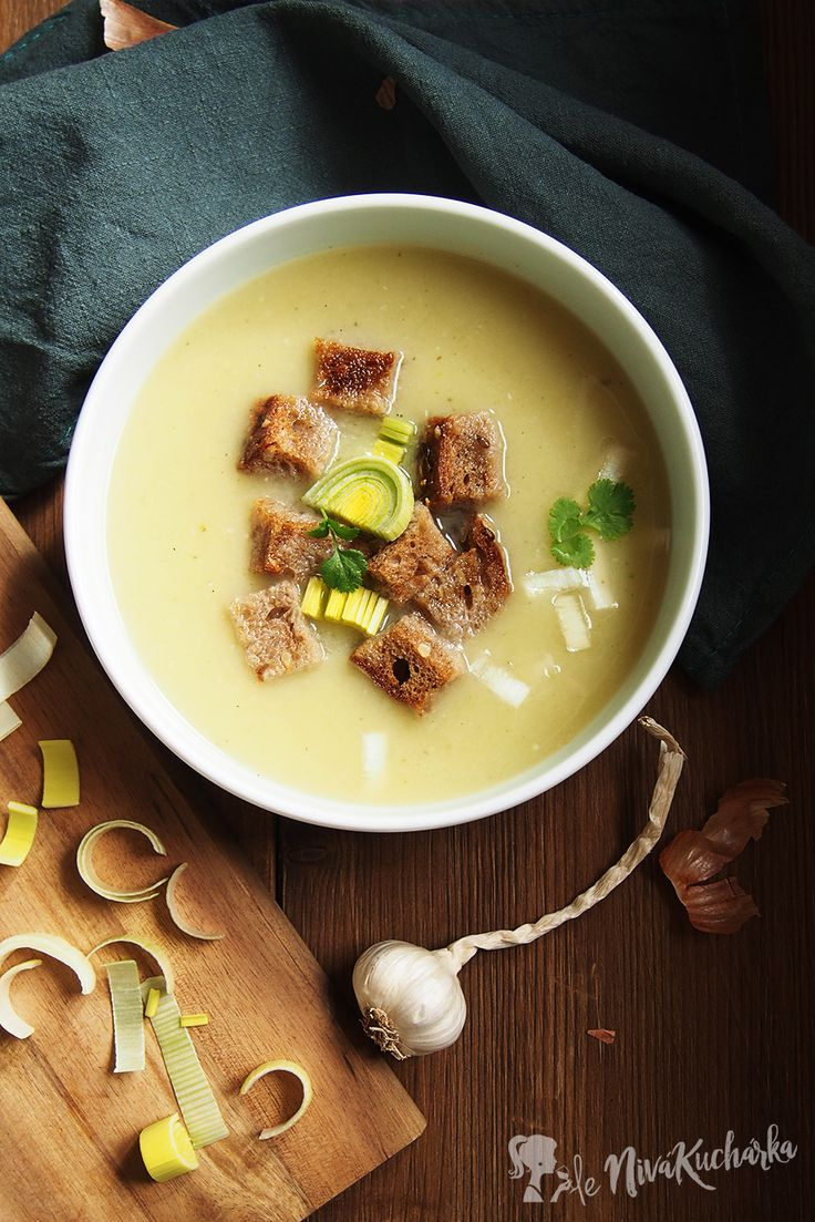 Porova polievka - Skúšali ste už niekedy pórovú polievku? Ak nie, túto si zamilujete! ❤ Je jemná, krémová a hrejivá a spolu s chrumkavými cesnakovými krutónmi vytvára jedinečnú kombináciu chutí.