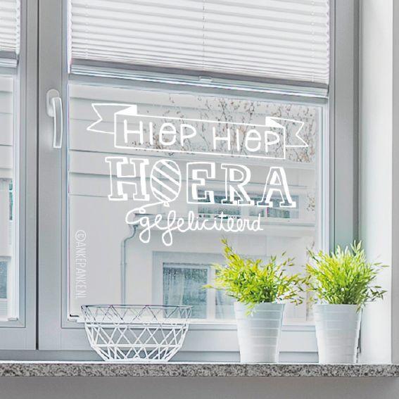 Hiep hiep hoera, gefeliciteerd! Versier de ramen met deze leuke handgeletterde #raamtekening.