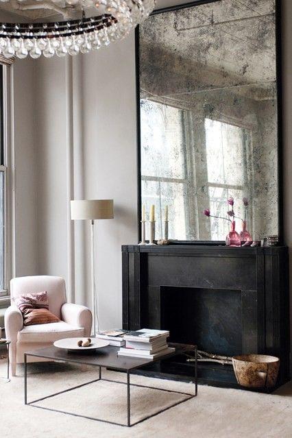 Состаренное зеркало над камином