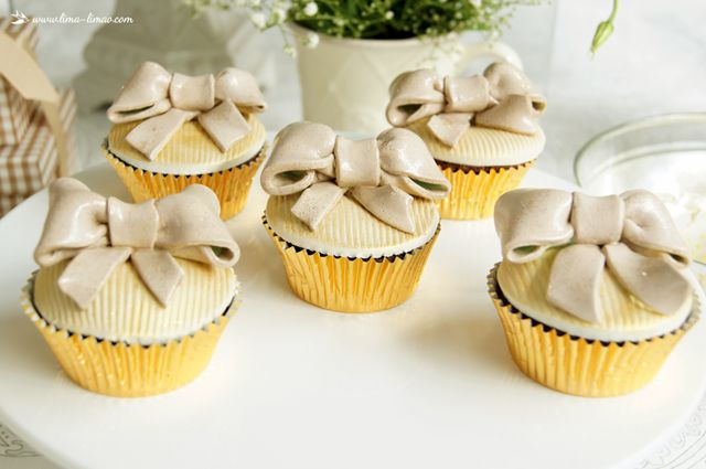 cupcakes for this white and gold glamour baptism party