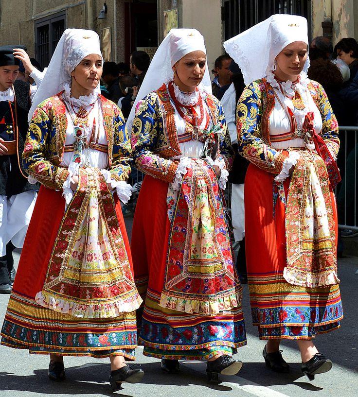 ragazze con il costume di Ollolai