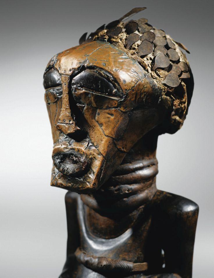Émergent parfois à l'évidence, au sein de corpus réputés pour leur richesse et leur diversité, des œuvres qui, par l'importance de leur sculpture et de leurs traits archétypaux, s'imposent comme - littéralement - majeures. En pays Songye, Joseph Christiaens, initié par Jacques Kerchache à l'art Songyé, fut, à l'orée des années 1970, le « découvreur » de plusieurs d'entre elles, comme la célèbre statuette recouverte de clous de la collection Robert Rubin (Sotheby's, New York, 15 mai 2011, n°…
