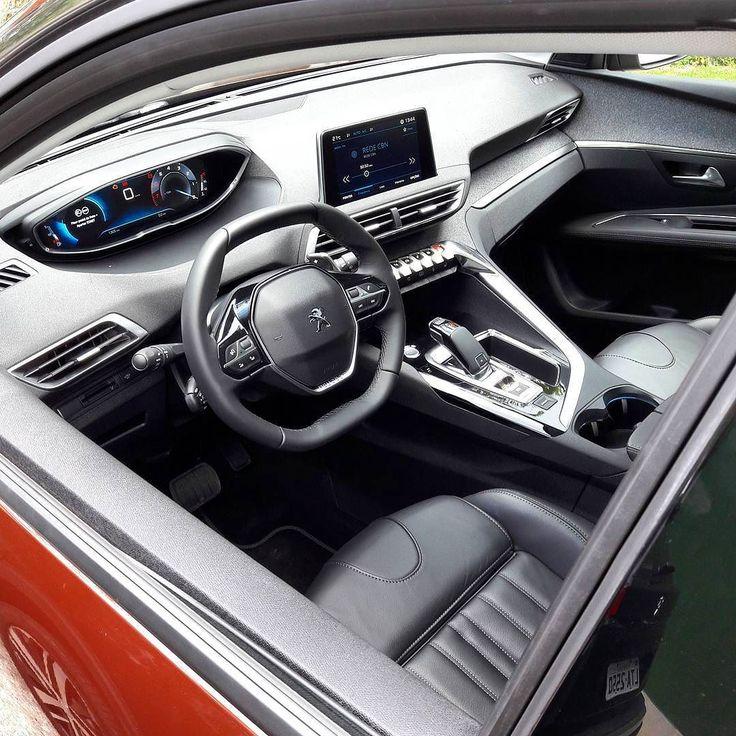 Peugeot 3008 Griffe THP: painel tem inspiração brasileira Foto e texto @thiagoventura_br Um dos destaques do 3008 é o interior. O veículo foi o primeiro da marca a exibir o i-cockpit 2.0 segunda geração do painel. O volante é pequeno e tem as partes superior e inferior com aba reta e o quadro de instrumentos fica acima deste; é uma tela de 12.3 polegadas personalizável. Na parte central sistema multimídia com tela touch capacitiva (permite mais de um toque) de 8. Merece atenção o conjunto de…