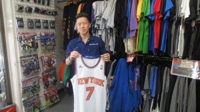 【新宿2号店】 2014年5月4日 カーメロのスウィングマンを購入して頂きました! ストリートでも人気のニックスのスウィングマン!かっこ良く着こなしてくださいね(^^♪ #nba