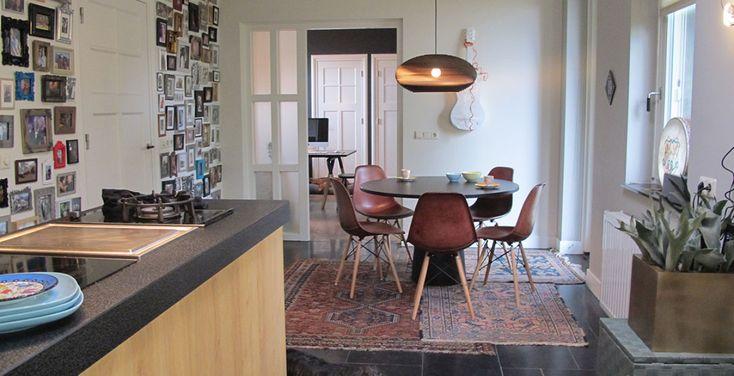 In het zuiden des lands bevindt zich dit #eclectische interieur van interieur ontwerper en stylist JM Style: een mix van #nieuw, #modern en #vintage #design.  In twee kamers zijn twee zeer verschillende sferen gecreëerd. De woonkamer is #kalm en #rustig, de zitkamer is #ethnic #chic ingericht met #stijlvolle #classy elementen. #jmstyle #interiordesign #interiorstyling #styling #interieur #etnic #chic #classy #modern #vintage #vloerkleed #keuken