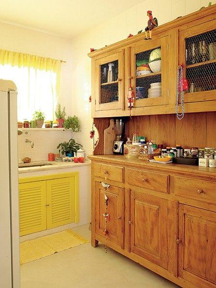 É possível ter uma cozinha de fazenda até em um apartamento de 110 m². Quem prova é o diretor de arte de cinema Thiago Bastos, que usou um armário rústico com tela de galinheiro em sua casa. A horta na janela completa o clima