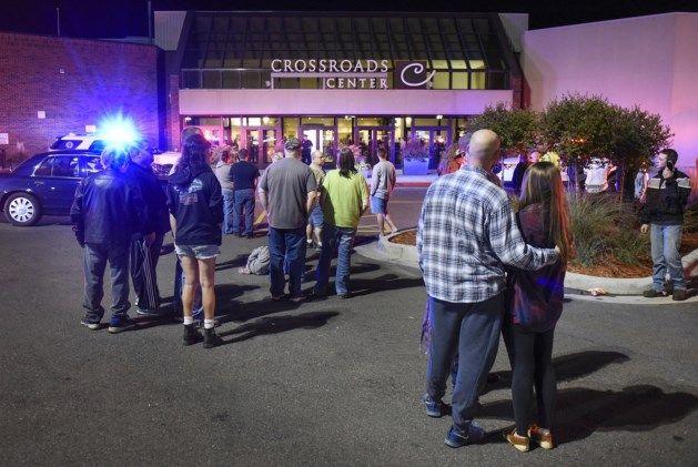 Acht mensen zijn zaterdag met verwondingen naar het ziekenhuis gebracht nadat…